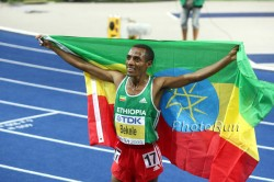 With two gold medals and a new record, Bekele drapes himself in the Ethiopian flag. © www.photorun.net