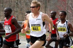 Ryan Hall with his fellow competitors on the course in 2009. © www.photorun.net
