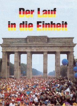 An emotional run through the Brandenburg Gate at the 1990 Berlin Marathon. © Sport-Special