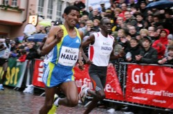 Haile Gebrselassie squares off in Trier with his fiercest competitor, Shadrack Lagat. © Bitburger Silvesterlauf