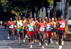 Dieudonne Disi (far right) triumphed in hot, humid Lagos. © www.photorun.net