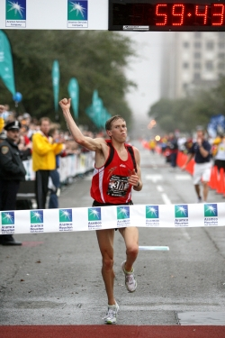Ryan Hall breaks the one-hour barrier in the Houston Half Marathon. © www.photorun.net