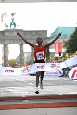 Haile Gebrselassie exalts at breaking the marathon world record. © www.photorun.net