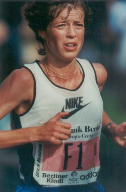 What not to do: I raise my shoulders and tense up late in the 1995 Berlin Marathon. © private