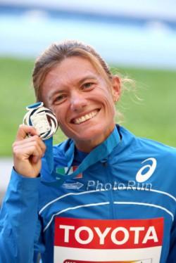 Valeria Straneo celebrates her silver medal. ©www.PhotoRun.net