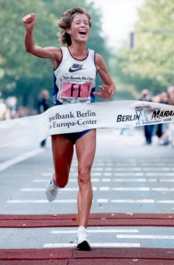 Sharing the Joy... Berlin Marathon 1995. © Bongarts Sportfotografie GmbH