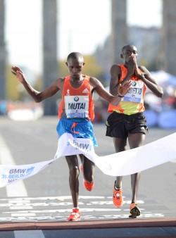 Geoffrey Mutai wins the slenderest of victories over Dennis Kimetto. ©BMW Berlin Marathon/Jiro Mochizuki