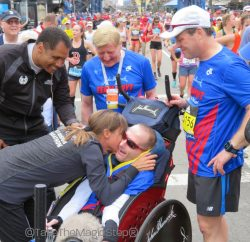 Dick und Rick Hoyt, Bryan Lyons, und Uta im Ziel des 2017 Boston-Marathons. © Take The Magic Step®