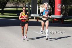 Desiree Davila and Shalane Flanagan battle for the lead. ©www.photorun.net