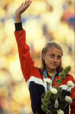 WCh in Helsinki 1983: Grete waves to the crowd after receiving the gold medal for the marathon. © Getty Images Sport/Tony Duffy