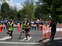 Uta feuert ihren guten Lauffreund Allan Kiprono, Solomon Deksisa und den späteren Sieger Afewerki Berhane an der Strecke an. ©Take The Magic Step