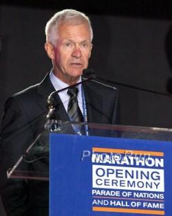 Jack Waitz, Grete's husband, speaks at the opening ceremony of the marathon. ©www.PhotoRun.net