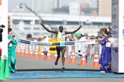 After outstanding performances in Berlin and Tokyo, Dennis Kimetto, seen here at the 2013 Tokyo Marathon, will compete in Chicago. © www.PhotoRun.net