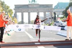 Florence Kiplagat wins the women's race in 2:19:44. ©www.PhotoRun.net