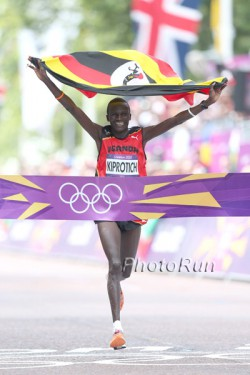 Stephen Kiprotich celebrates his victory. © www.PhotoRun.net