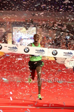 Wilson Kipsang runs through the confetti and smiles at the finish. ©www.photorun.net