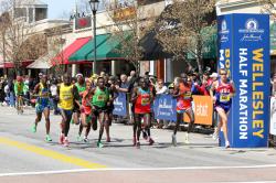The leading group of the men's race passes the half-marathon mark. ©www.PhotoRun.net