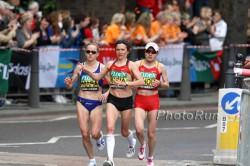 Irina Mikitenko, seen here in the middle at the 2009 London Marathon, put forth a remarkable performance. ©www.PhotoRun.net