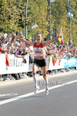Irina Mikitenko celebrates during the last meters. ©www.PhotoRun.net