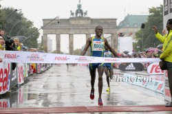 Patrick Makau wins the 2010 Berlin Marathon. © www.photorun.net