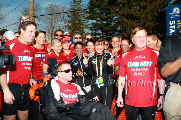 Uta with Dick and Rick Hoyt and the runners of the Hoyt Foundation at the starting line in the morning. © www.PhotoRun.net
