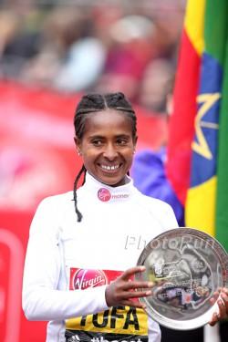 Tigist Tufa celebrates her victory in London. ©www.PhotoRun.net