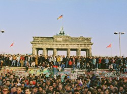 The fall of the Berlin Wall in November 1989. © Bundesarchiv/Klaus Lehnartz