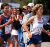 1994 Boston Marathon: together with Elana Meyer I try to stay relaxed while running through the Newton Hills. © Adidas
