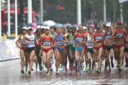 Rainy conditions during the early part of the women's marathon. © www.PhotoRun.net